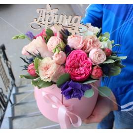 Арт. 0209. Пионовидная роза 1шт, роза 50см 4шт, эустома 2шт, куст.роза 2шт, эрингиум 1, питтоспорум 1 , шляпная коробка, атласная лента