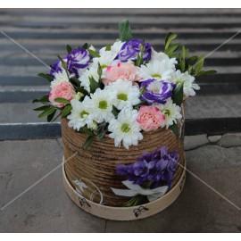 Арт. 0227. Куст.хризантема 2шт, эустома 1шт, фисташка 0,5, шляпная коробка, атласная лента
