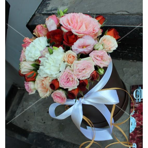 Арт. 0233. Роза 50см 1шт, диантус 2шт, куст.роза 5шт, шляпная коробка, атласная лента