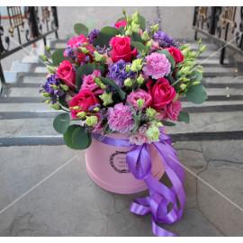 Арт. 0236. Роза 50см 7шт, сиреневый диантус 3шт, розовый диантус 4шт, эустома 5шт, лимониум 1, эвкалипт 1, статица 1, шляпная коробка, атласная лента