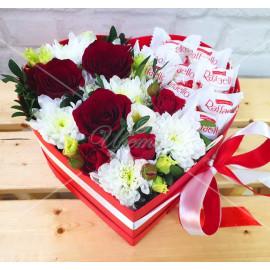 """Арт. 0299. Роза 50см 3шт, куст.хризантема 2шт, кустовая роза 1шт, эвкалипт 0,5, конфеты """"Рафаэлло"""", коробка в форме сердца, атласная дента"""