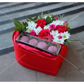 Арт. 0308. Куст.роза 2шт, роза 50см 3шт, куст.хризантема 2шт, эвкалипт 0,5, печенье «Макаруны»