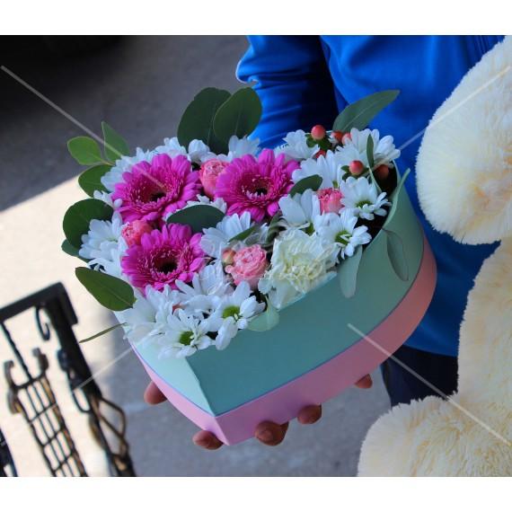 Арт. 0309. Герберы мини 3шт, диантус 1шт, куст.хризантема 3шт, куст.роза 1шт, эвкалипт 1, гиперикум 1