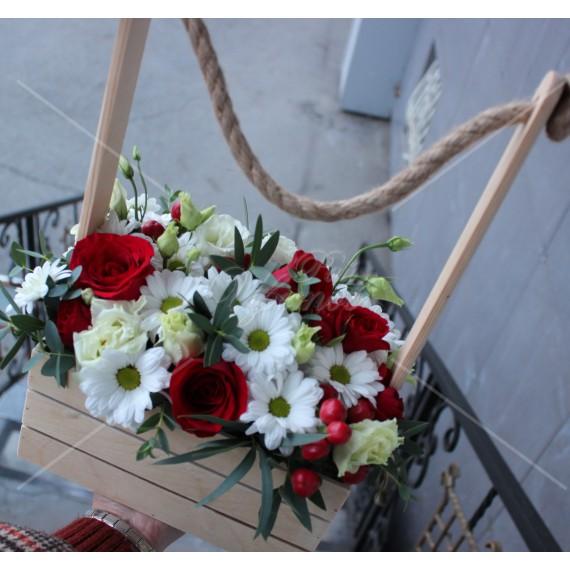 Арт. 0322. Розы 50см 5шт, куст.хризантема 3шт, эустома 2шт, куст.роза 1шт, гиперикум 1, эвкалипт 1, лукошко