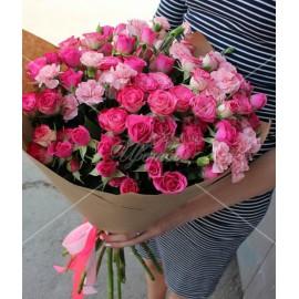 Арт. 0002. Кустовая роза 15шт, гвоздика кустовая 6 шт, крафт-бумага, атласная лента
