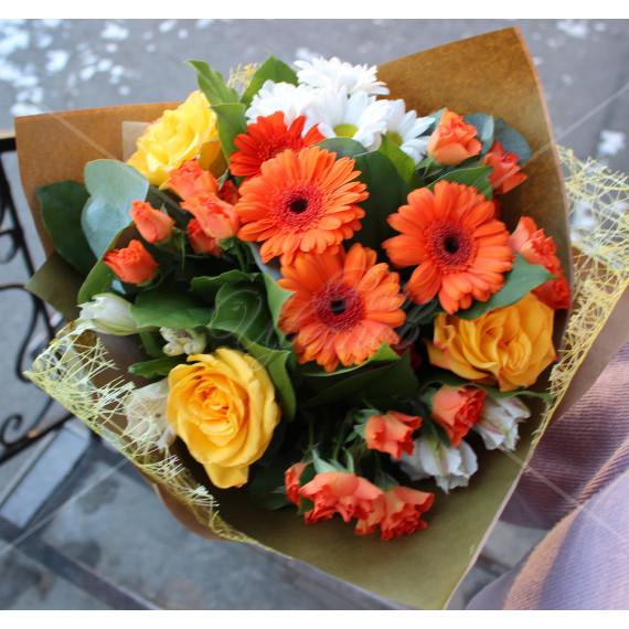 Арт. 0011. Герберы мини 4шт, розы 50см 3шт, куст.хризантема 1шт, альстромерия 2шт, куст.роза 3шт, эвкалипт 1, крафт-бумага и кружево, атласная лента