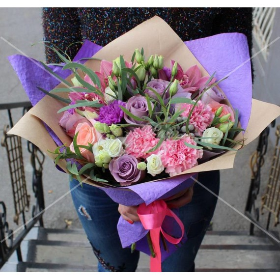 Арт. 0071. Роза 50-60см 7шт, диантус 3шт розовых и 2шт лавандовых, цимбидиум 3шт, эустома 3шт, эвкалипт 1, бруния 2, крафт-бумага, атласная лента