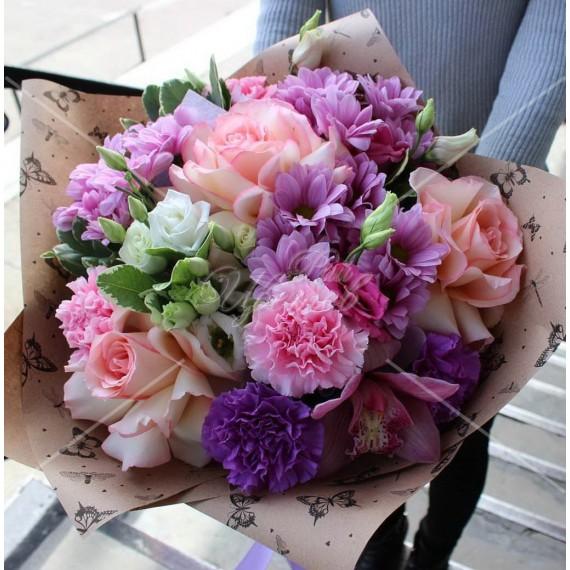 Арт. 0080. Роза 50 см 3шт, диантус 3шт розовых и 2шт лавандовых, куст.хризантема 3шт, цимбидиум 1шт, эустома 3шт, питтоспорум 2, крафт-бумага, атласная лента
