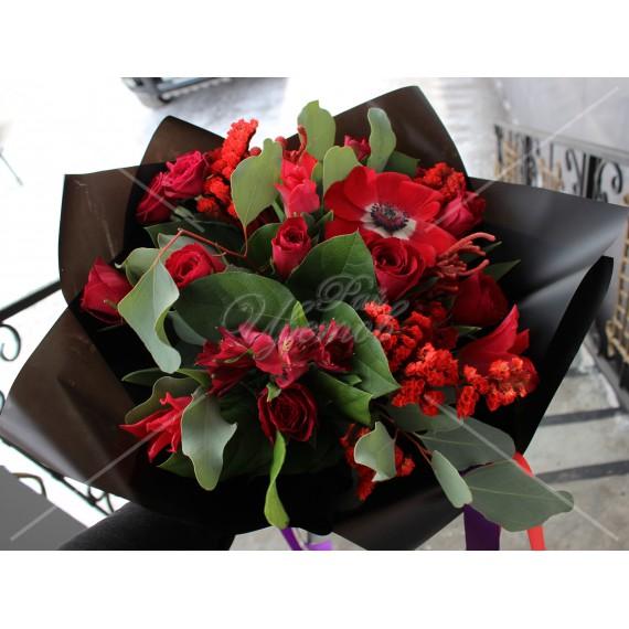 Арт. 0085. Анемон 1шт, кенийская роза 50см 9шт, тюльпан 3шт, куст.роза 2шт, бруния 2шт, статица 1, эвкалипт 1, салал 3, матовая пленка, атласная лента