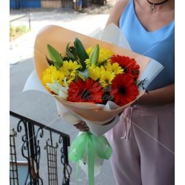 Арт. 0022. Гербера 3шт, куст.хризантема 3шт, лилия 1шт, матовая пленка, атласная лента