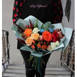 Арт. 0125. Розы 50см 8шт, куст.роза 1шт, диантус голубой 2шт, эустома 3шт, альстромерия 1шт, гиперикум 2, салал 1, фисташка 1. эвкалипт 1, сухоцветы, матовая пленка, атласная лента