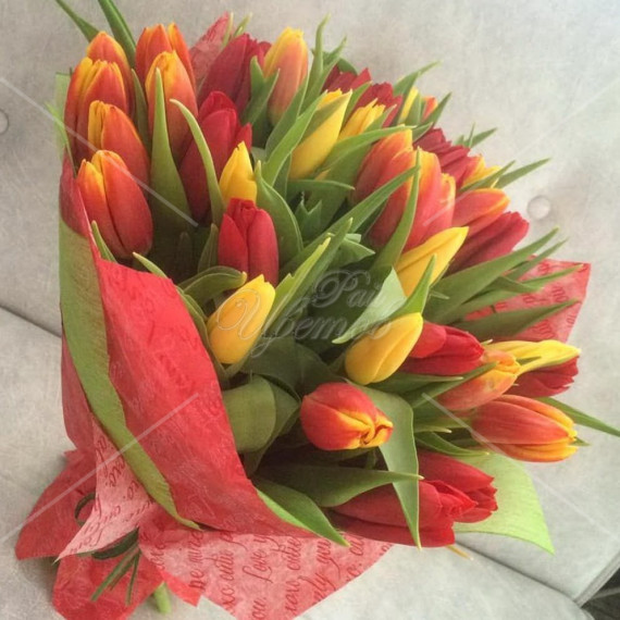Арт. 0152. Букет из 35 тюльпанов микс с оформлением