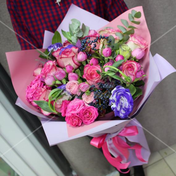 Арт. 0010. Розы 50см 7шт, эустома 3шт, кустовая роза 6шт, вибурнум 2, эвкалипт 2, матовая пленка, атласная лента