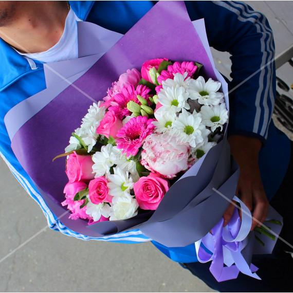 Арт. 0041. Пион 3шт, роза 50см 5шт, герберы мини 3шт, эустома 2шт, куст.хризантема 3шт, салал 3, матовая пленка, атласная лента