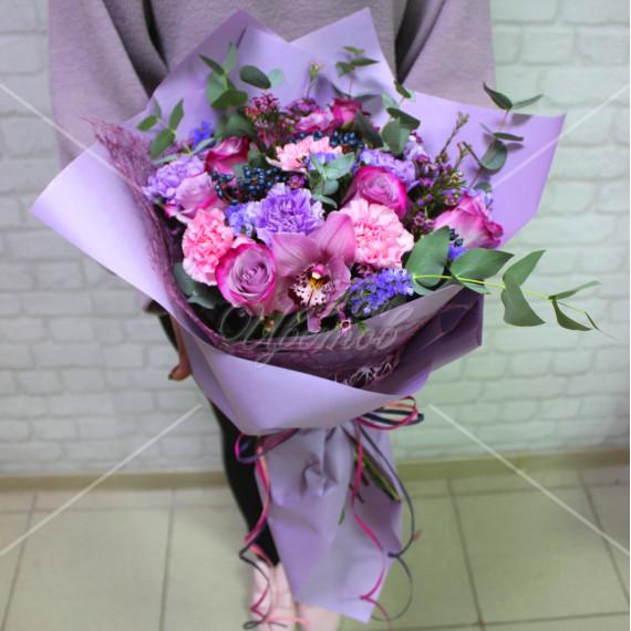 Арт. 0052. Роза 50см 5шт, куст.роза 2шт, диантус лавандовый 3шт и розовый 3шт, цимбидиум 1шт, вибурнум 2, ваксфловер 2, эвкалипт 2, матовая пленка, рафия