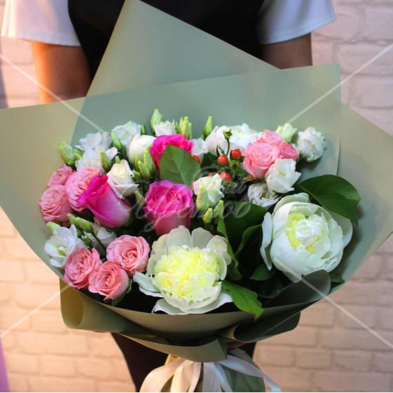 Арт. 0063. Пион 3шт, куст.роза 3шт, эустома 3шт, роза 50см 3шт, гиперикум 1, салал 5, матовая пленка, атласная лента
