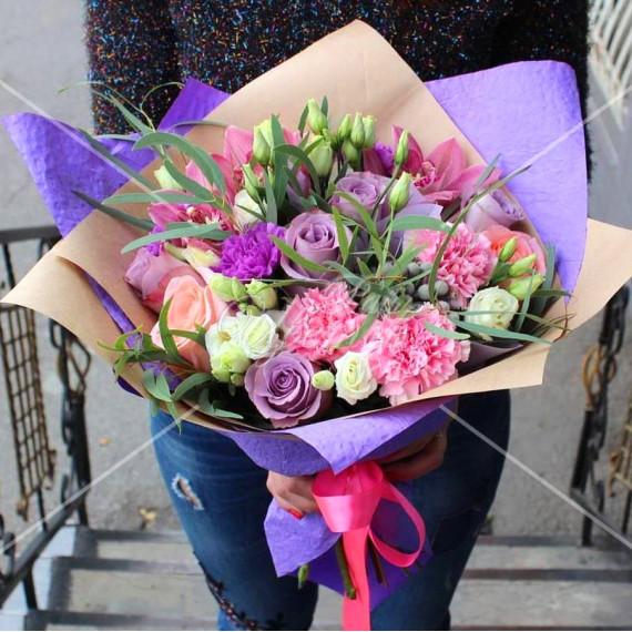 Арт. 0071. Роза 50см 7шт, диантус 3шт розовых и 2шт лавандовых, цимбидиум 3шт, эустома 3шт, эвкалипт 1, бруния 2, крафт-бумага, атласная лента