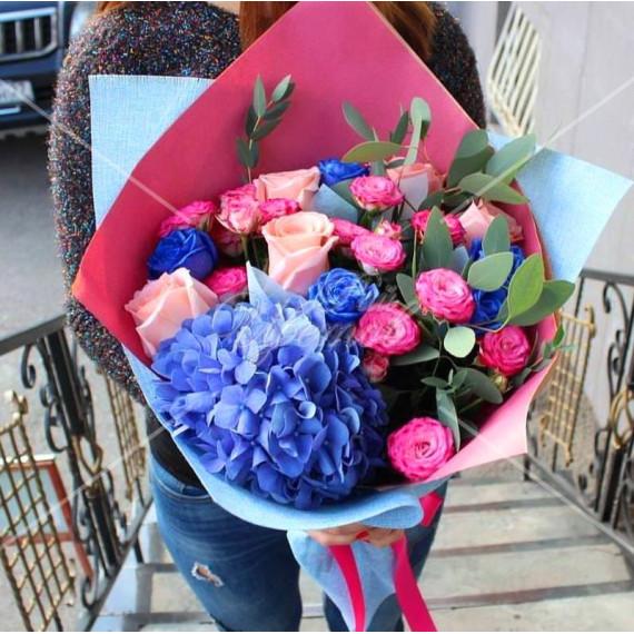 Арт. 0075. Гортензия 1шт, роза 50см 5шт, синяя роза 5шт, куст.роза 4шт, эвкалипт 1, матовая пленка, атласная лента