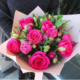 Арт. 0088. Роза 50см 7шт, тюльпан 6шт, альстромерия 4шт, куст.роза 2шт, матовая пленка, атласная лента