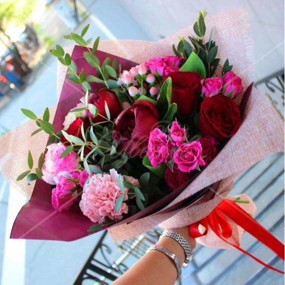 Арт. 0095. Пион 2 шт, роза 50 см 4 шт, диантус 3 шт, куст.роза 3шт, эвкалипт 1, гиперикум 1, джут и матовая пленка, атласная лента