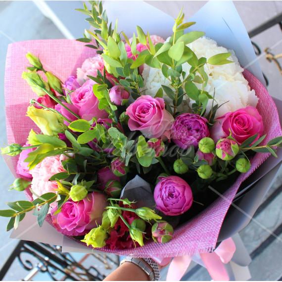 Арт. 0096. Гортензия 1шт, роза 50см 5шт, диантус 3шт, куст.роза пионовидная 3шт, эустома 2шт, эвкалипт 1, матовая пленка, атласная лента
