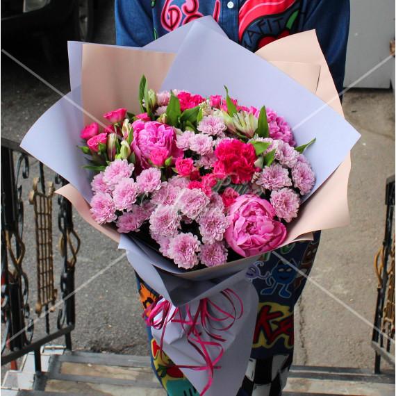 Арт. 0101. Пион 3шт, диантус 2шт, альстромерия 4шт, куст.хризантема 5шт, куст.роза 5шт, матовая пленка, атласная лента