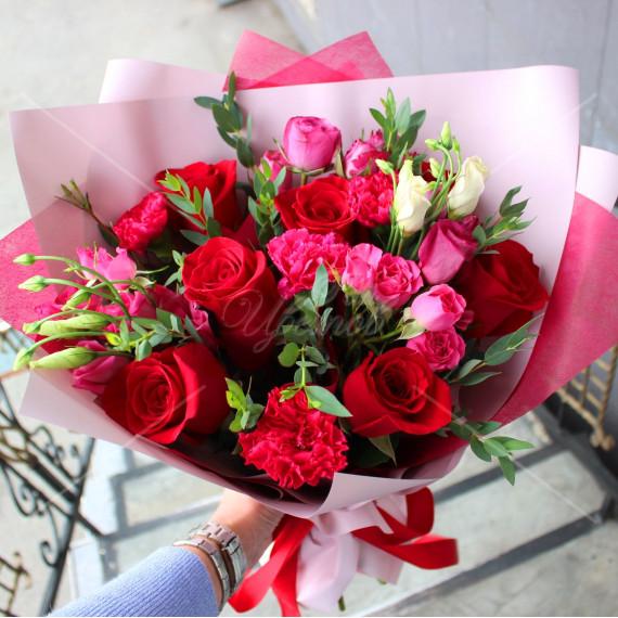 Арт. 0123. Куст. розы 3шт, диантус 4шт, роза 50см 6шт, эустома 2шт, эвкалипт 1, матовая пленка, атласная лента