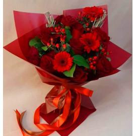 Арт. 0144. Гербера мини 3шт, роза 7шт, кустовая роза 2шт, бруния 2, салал 2, гиперикум 5, матовая пленка, атласная лента
