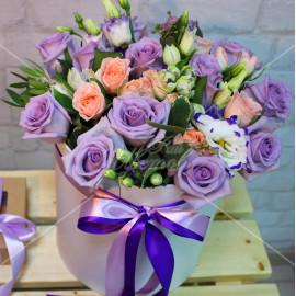 Арт. 0200. Роза 50см 13шт, куст.роза 3шт, эустома 5шт, эвкалипт 1, шляпная коробка, атласная лента