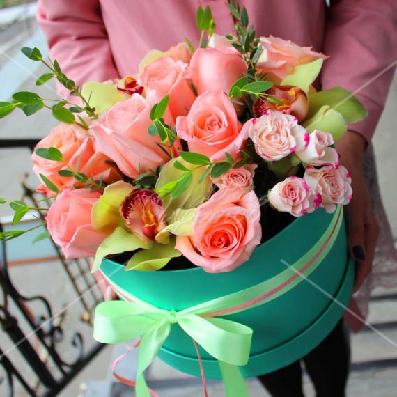 Арт. 0226. Роза 50см 9шт, цимбидиум 3шт, куст.роза 2шт, эвкалипт 1, круглая коробка, атласная лента