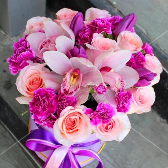 Арт. 0230. Роза 50см 10шт, цимбидиум 3шт, тюльпан 4шт, куст.гвоздика 4шт, шляпная коробка, атласная лента