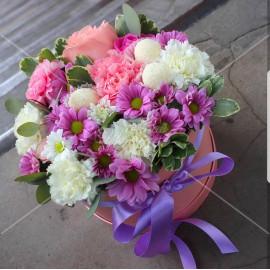 Арт. 0231. Роза 50см 1шт, диантус 8шт, куст.хризантема 2шт, питтоспорум 1, эвкалипт 0,5, круглая коробка, атласная лента