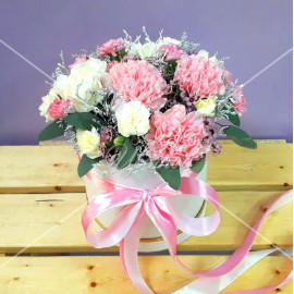 Арт. 0232. Диантус розовый 5шт, гвоздика кустовая 4шт, лимониум белый крашенный 1, эвкалипт 1, круглая коробка, атласная лента