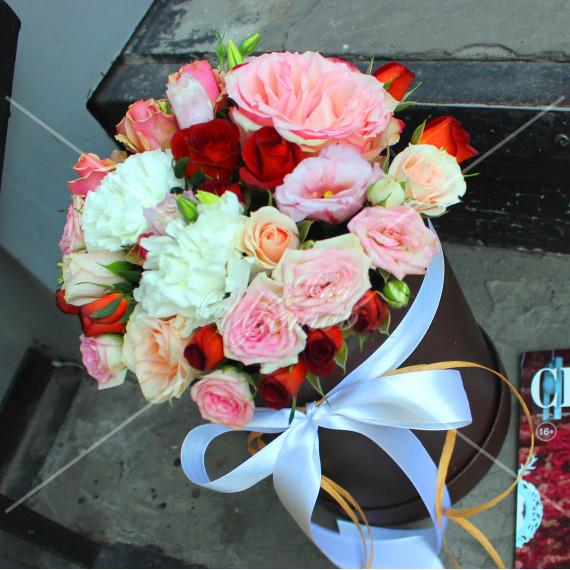 Арт. 0233. Роза 50см 1шт, диантус 2шт, куст.роза 5шт, эустома 1шт, фисташка 0,5,  шляпная коробка, атласная лента