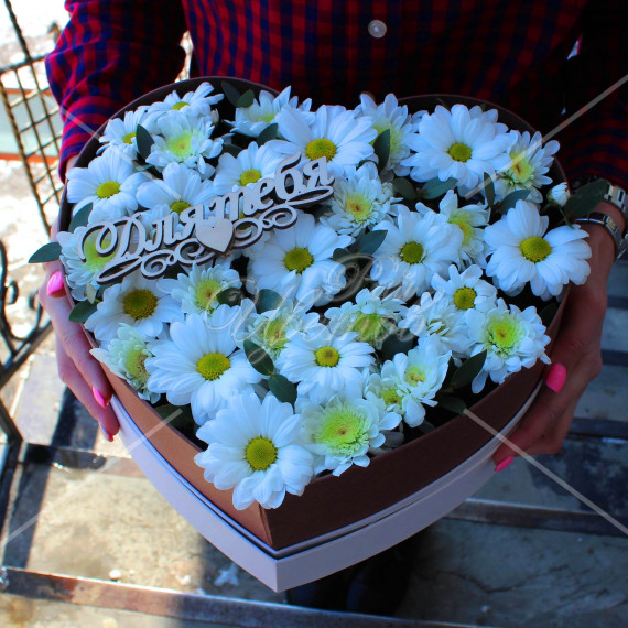 Арт. 0305. Куст.хризантема 5шт, эвкалипт 0,5, коробка в виде сердца